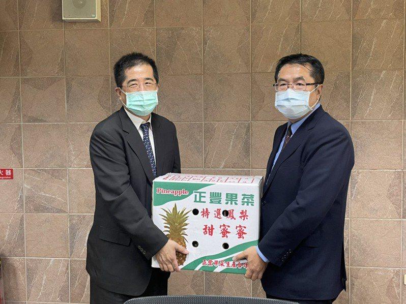 聯電董事長洪嘉聰(左)今天拜訪台南市長黃偉哲,洽談加碼投資台南。圖/市府經發局提供