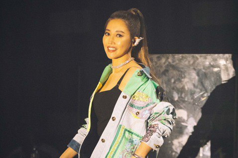 A-Lin為期3周、一連10場的「Romadiw」(一起來唱歌)演唱會,今晚首場開唱,配合首周「都會寂寞」主題,一連獻唱「寂寞不痛」、「以前以後」、「好朋友的祝福」等21首經典歌曲,並首唱由自己詞曲...