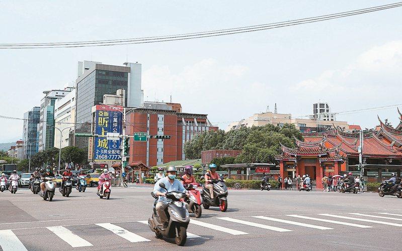 台北市捷運行天宮站附近,交通方便、生活機能成熟。記者余承翰/攝影
