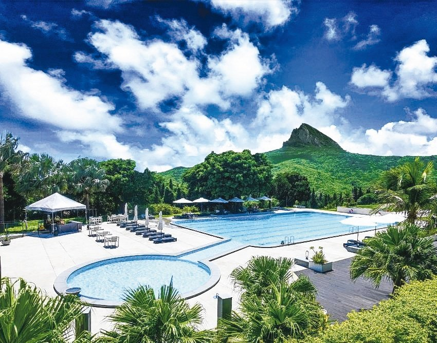 華泰瑞苑泳池可遠眺大尖山美景。華泰瑞苑/提供
