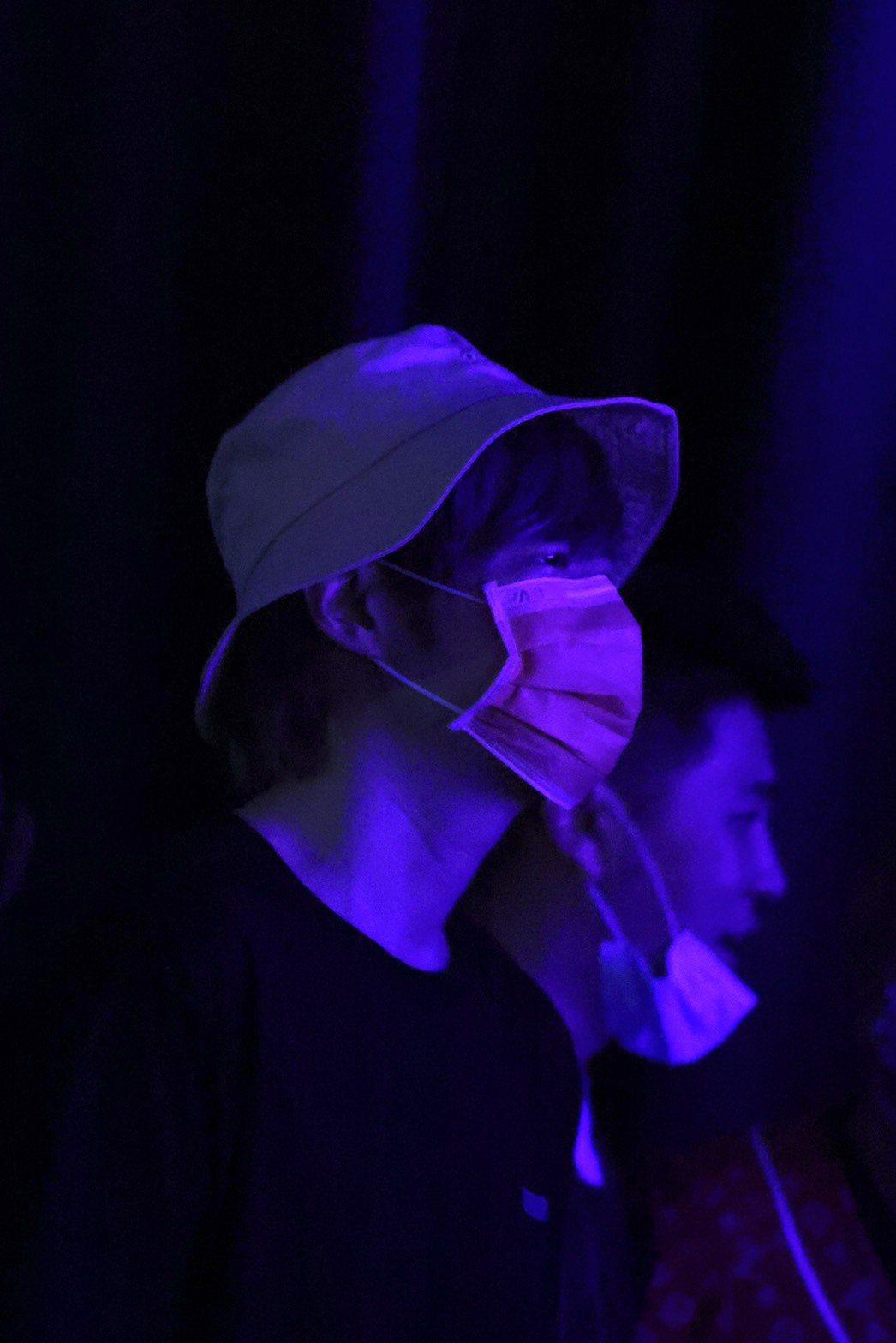 阿璞低調站在最後方看蔡黃汝演出。記者王聰賢/攝影