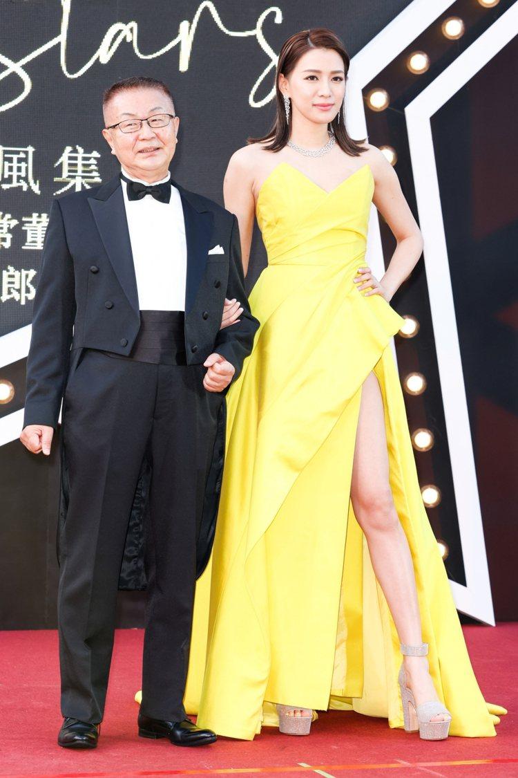 許久不見的名模王思平則身穿鮮黃高衩禮服大秀美腿和微風廣場執行常董岡一郎登上紅毯。