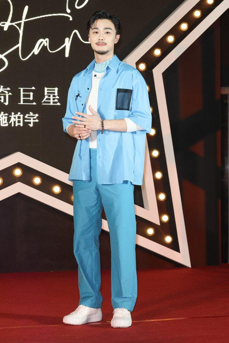蓄鬍造型的施柏宇選穿FENDI水藍色工裝襯衫,擔任品牌一日店長。記者沈昱嘉/攝影