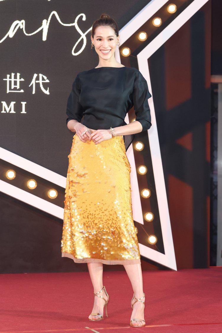 AKEMI不愧是名模出身,即使是簡單黑上衣,搭配金色亮片裙,依舊展現出氣勢。記者...