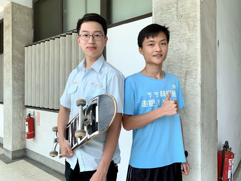 台灣大學申請入學放榜,中一中學生吳建沂(左起)、陳為勳分別是醫學系和牙醫系榜首。記者喻文玟/攝影