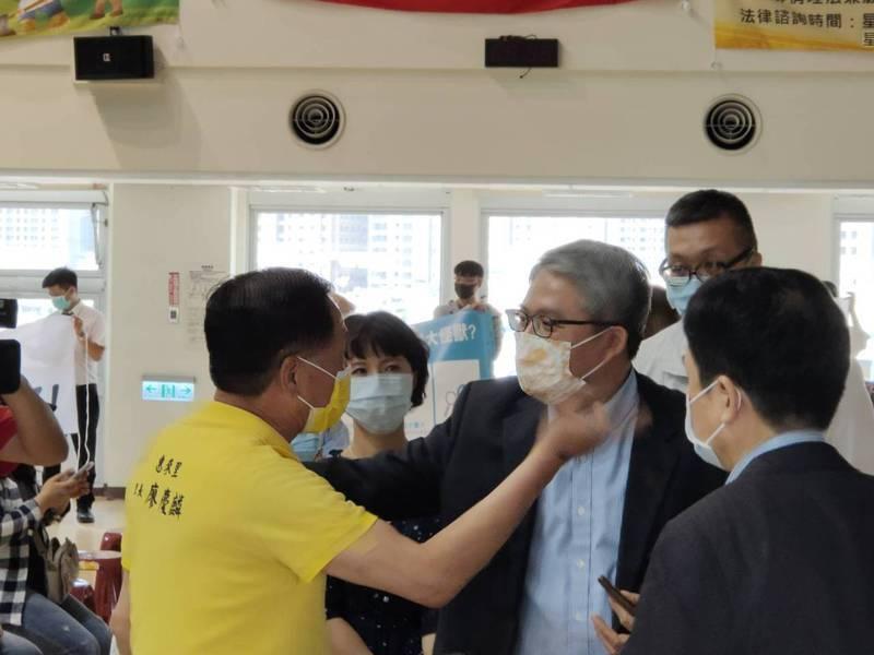 台中市西屯區惠來里長廖慶麟(左一)向內政部次長花敬群(右二)表達反對社會住宅案,花全力安撫。記者黃寅/攝影