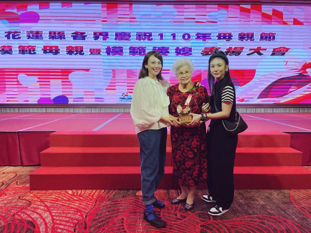 魏如萱(左)與妹妹魏如昀(右)今起大早回花蓮,陪同奶奶領取模範母親殊榮。圖/好多