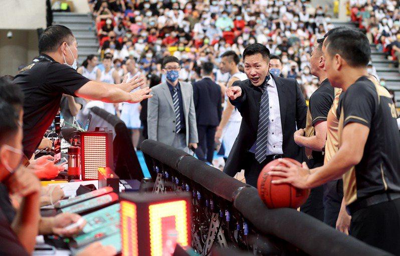 台北富邦勇士總教練許晉哲向紀錄台抗議。記者余承翰/攝影