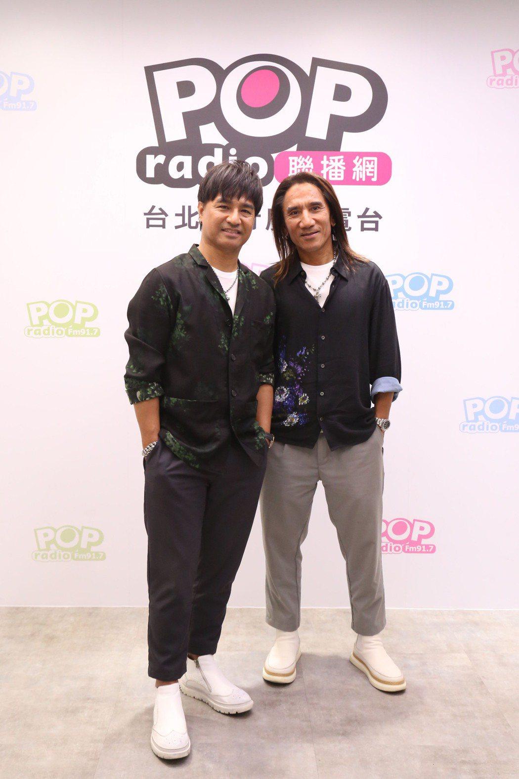 尤秋興(左)樂當動力火車顏質擔當,笑虧顏志琳是「顏值零」。圖/POP Radio