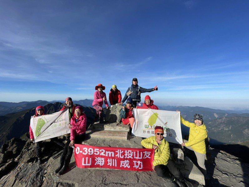 趙斌雄(前排戴眼鏡者)希望在八十歲生日之年,從台南市台江走到玉山頂,經九天徒步,昨天成功攻頂。圖/嚮導吳亭燁提供