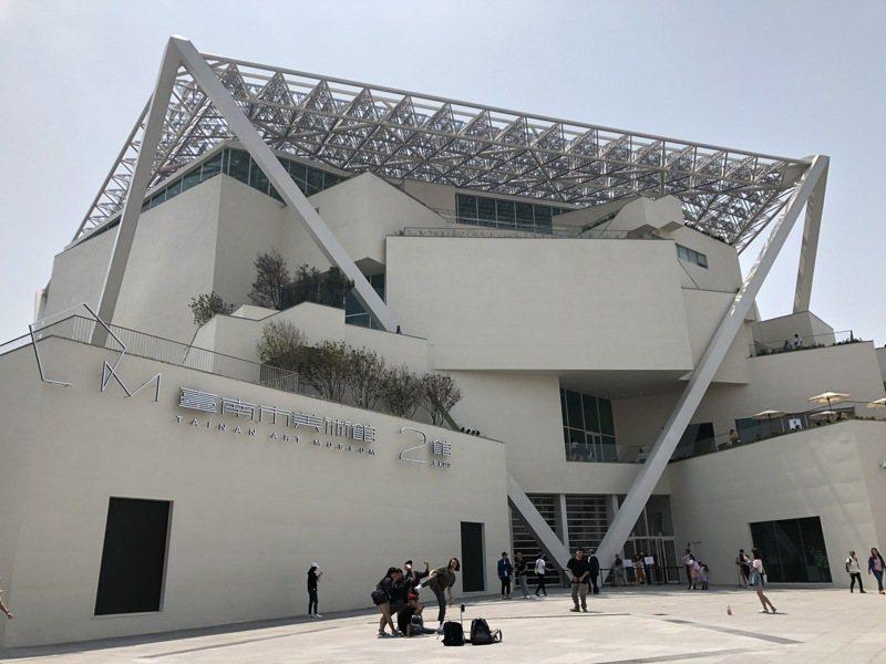 台南市立美術館吸引無數遊客。記者何定照/攝影