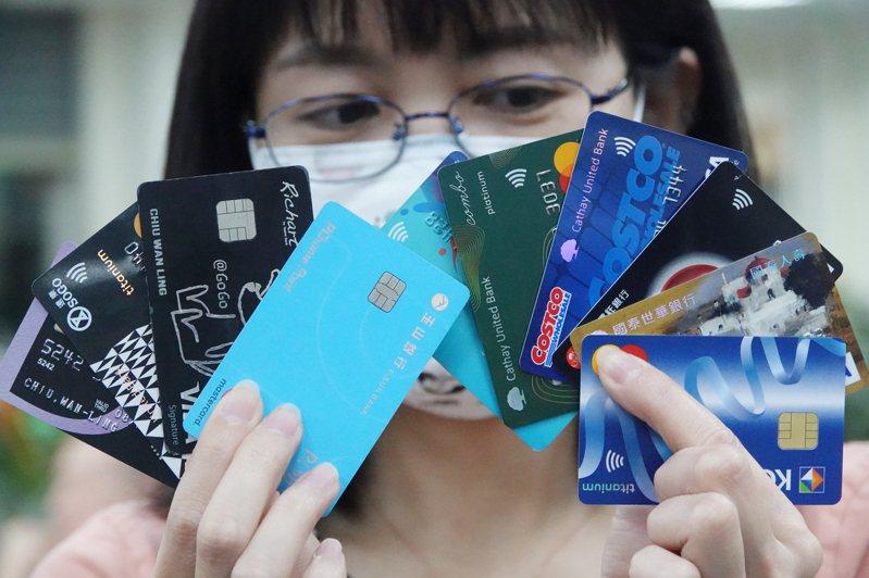 新冠疫情帶動國人網路刷卡購物大增,被有心人利用,信用卡遭網路小額盜刷情形惡化。記者曾學仁/攝影