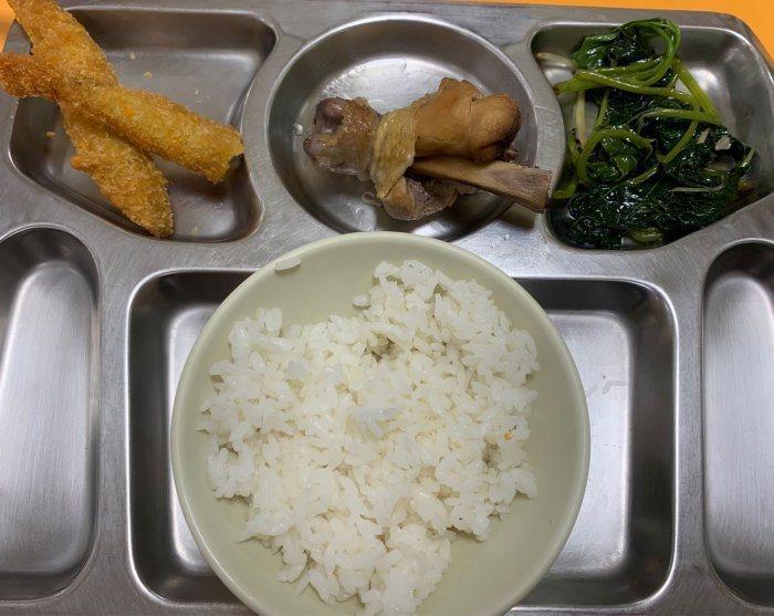一名大學生貼出自己在學生餐廳夾的自助餐,這一盤要價86元。 圖/Dcard