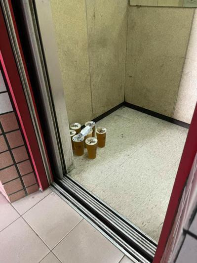 網友不滿外送員直接把飲料放在電梯裡上來。 圖/爆怨2公社