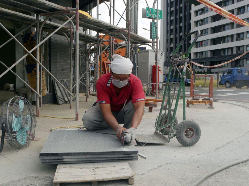 營造業缺工嚴重,勞動部將放寬民間工程引進移工門檻。圖為示意圖,非新聞當事人。本報資料照片
