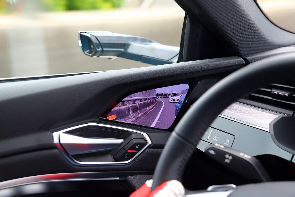 試駕車型配有全數位虛擬後視鏡,使車體風阻係數僅0.27Cd,讓Audi e-tr...