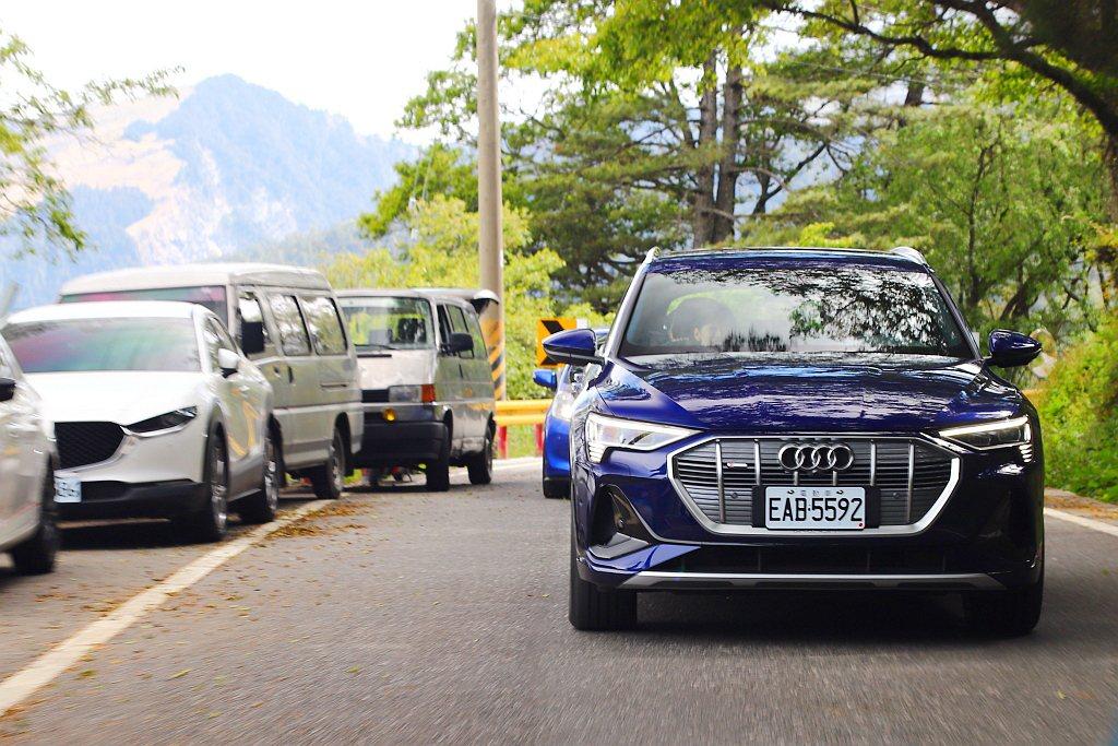 在台14線感受到Audi e-tron 55 quattro扭力非常充沛,且沒有...