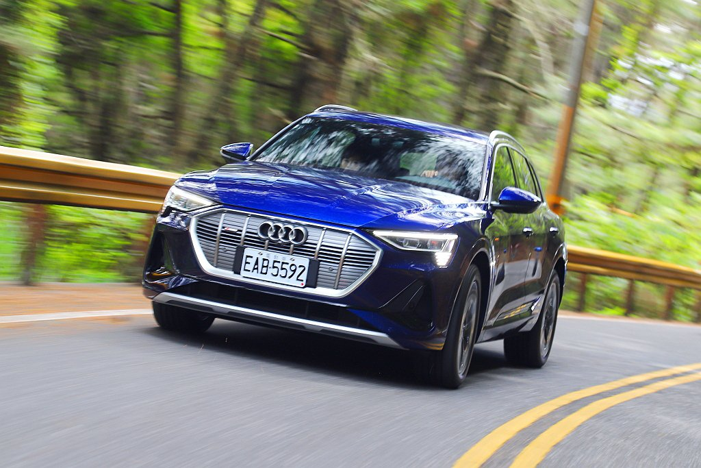 Audi e-tron 55 quattro就算是休旅車型,但在跑車化氣壓懸吊輔...