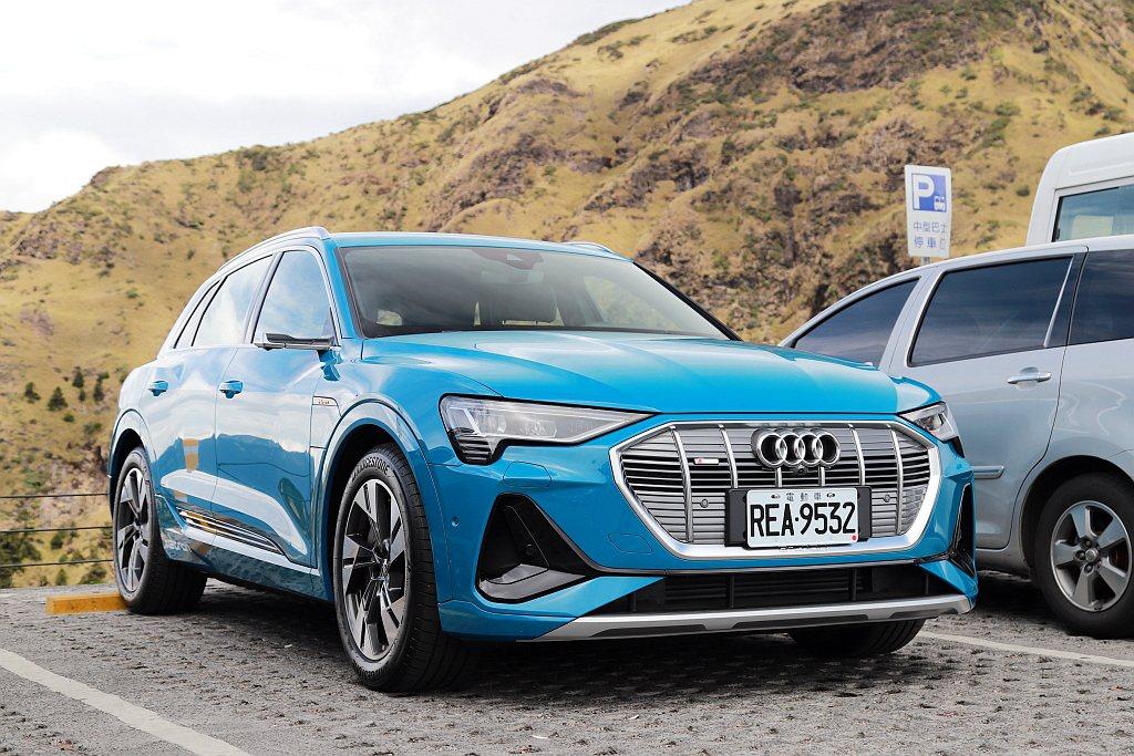 抵達武嶺停車場時,氣溫與平地有高達20度以上的落差。重點是Audi e-tron...