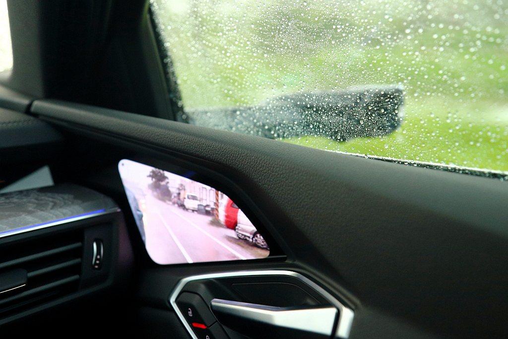 進入花蓮時剛好遇到大雨,才發現全數位虛擬後視鏡的優勢,就是能避免雨滴所帶來的畫面...