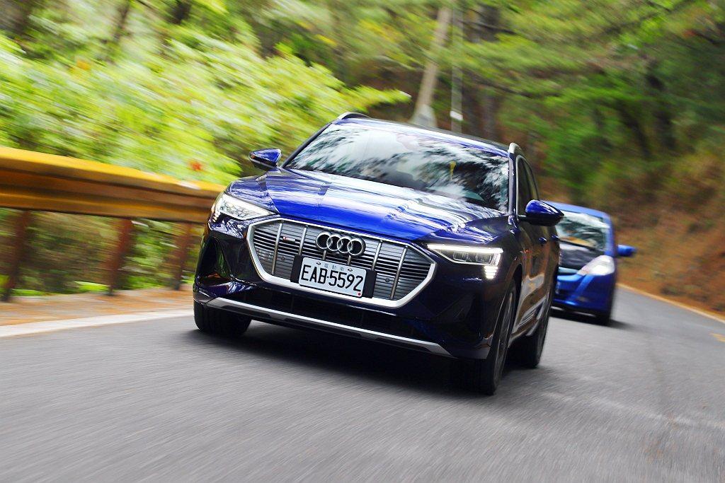 Audi e-tron 55 quattro具備電動車駕馭暢快、動力零延遲的特性...