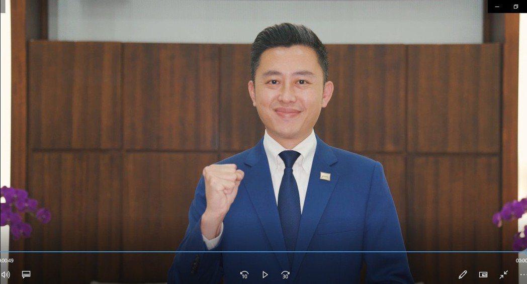 林智堅市長為元培加冠禮祝福。 元培/提供