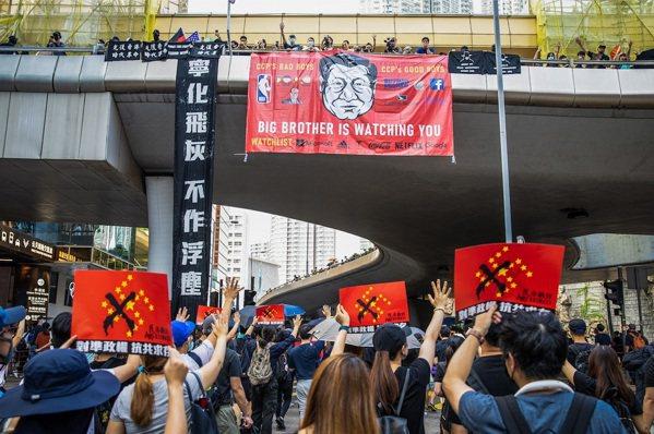 在香港抗爭事件中,陳筱涵創作的插畫成為相關人員表達訴求的方式。(照片提供/陳筱涵...
