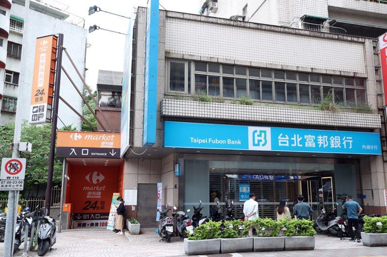 1183、1184確診者足跡,兩人5月5日上午11時曾到台北富邦銀行內湖分行。記者曾吉松/攝影