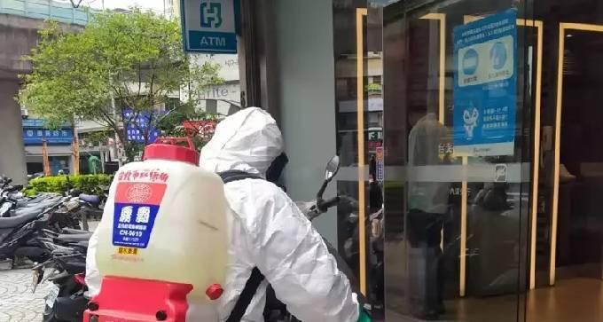 中央流行疫情指揮中心今日公布,感染新冠肺炎的華航機師之妻,曾在今年5月5日上午1...