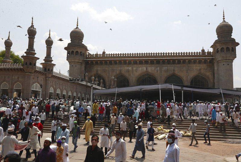 疫情嚴峻,印度穆斯林仍照例舉行齋月祈禱。圖為海得拉巴的麥加清真寺齋月祈禱後,穆斯林戴口罩離開。美聯社