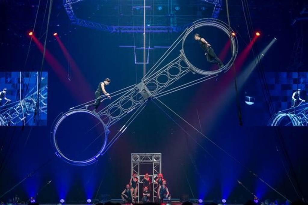「美國大馬戲團LE GRAND CIRQUE」的死亡之輪是全場演出高潮。圖/寬宏