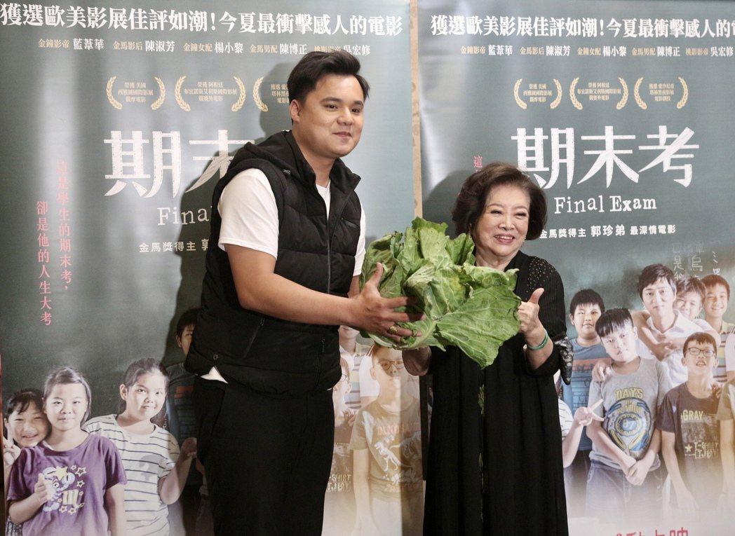 陳淑芳(右)收到吳宏修(左)送的高麗菜驚喜不已。圖/海鵬提供