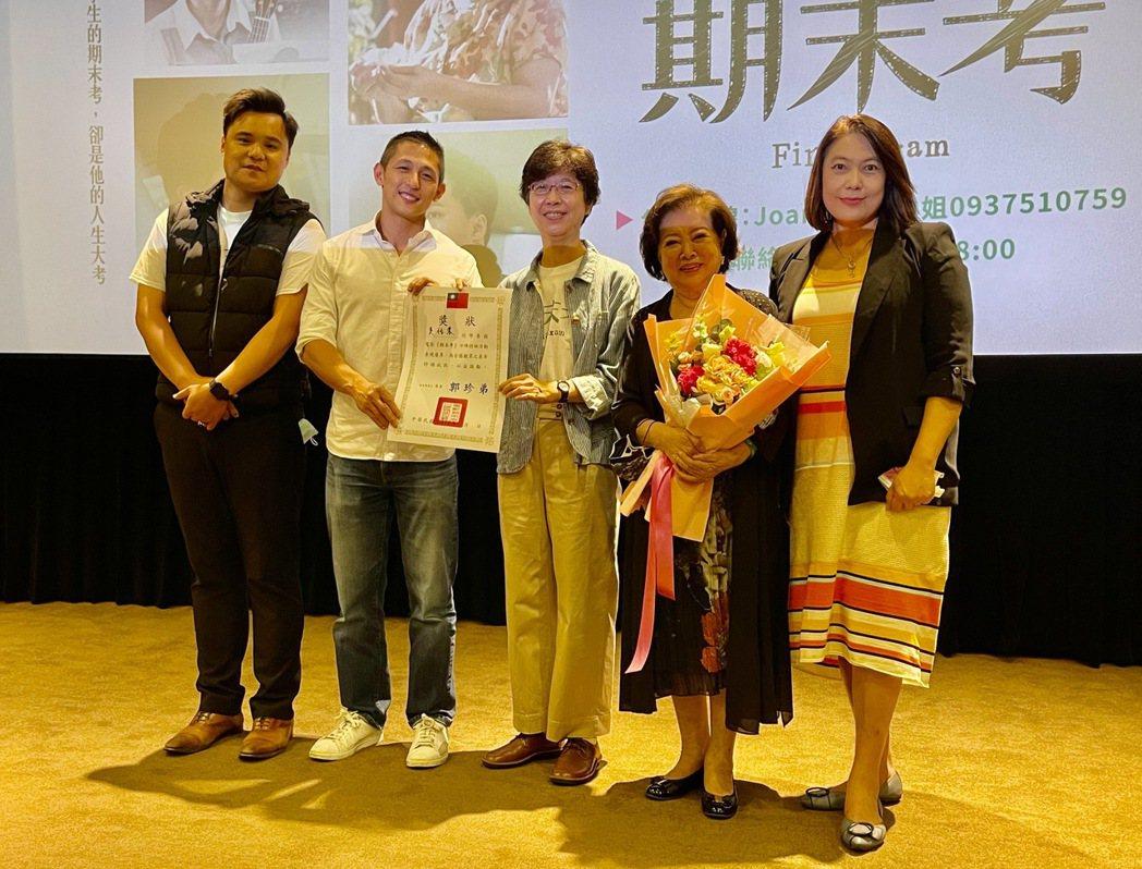 吳宏修(左起)、吳怡農、導演郭珍弟、陳淑芳和詹婷宜出席特映會。圖/海鵬提供