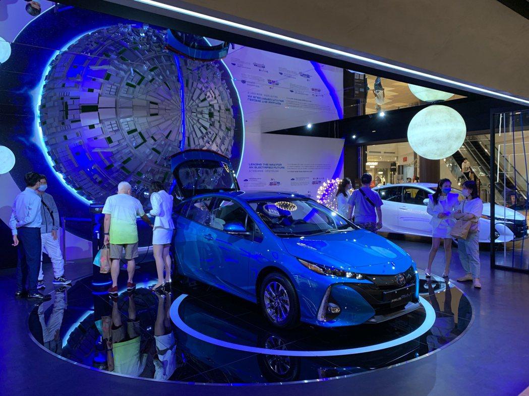 零距離讓消費者能在購物閒暇之餘,輕鬆的吸收各類電動化車款的優勢與未來發展願景。圖...