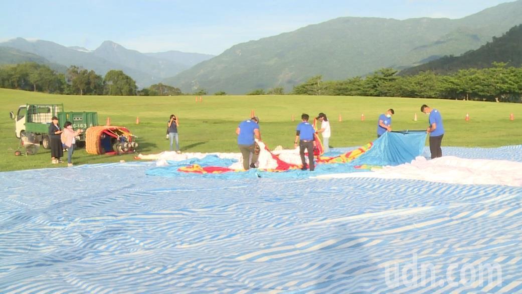今天清晨6點多,縣府工作人員在鹿野高台舉行HELLO KITTY熱氣球開箱。記者...
