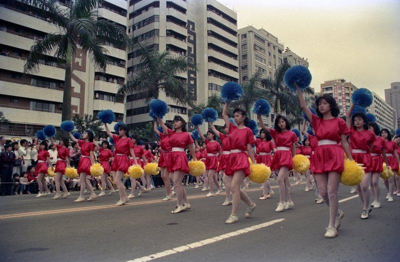 1988年環球小姐選拔會前花車遊行,學生舞蹈隊。圖/聯合報系資料照片