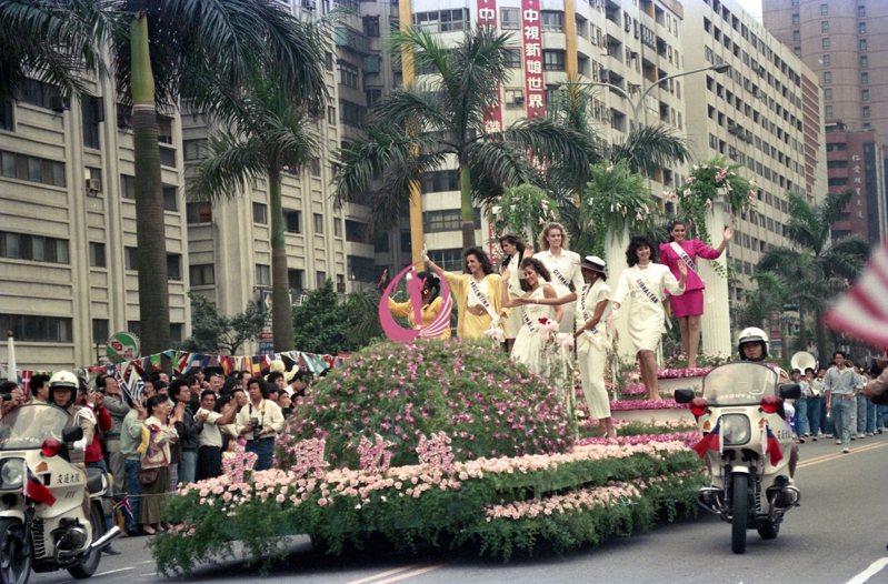 來自世界各地參加1988年環球小姐選拔的60多位佳麗,坐花車自中正紀念堂行駛到國父紀念館,向圍觀的民眾揮手致意圖/聯合報系資料照片