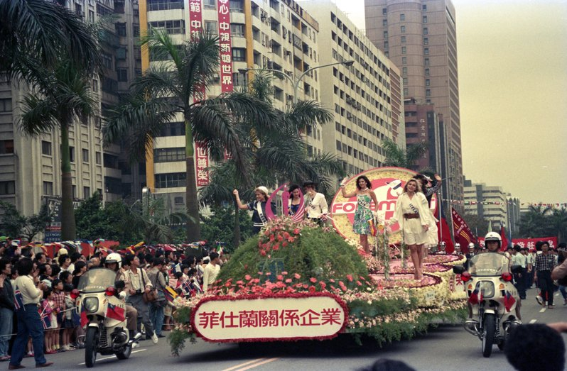 1988年環球小姐選拔,在林口中正體育館舉行開幕典禮,為激起民眾前往觀賞的熱潮,選拔會舉行了一場盛大的花車遊行。圖/聯合報系資料照片