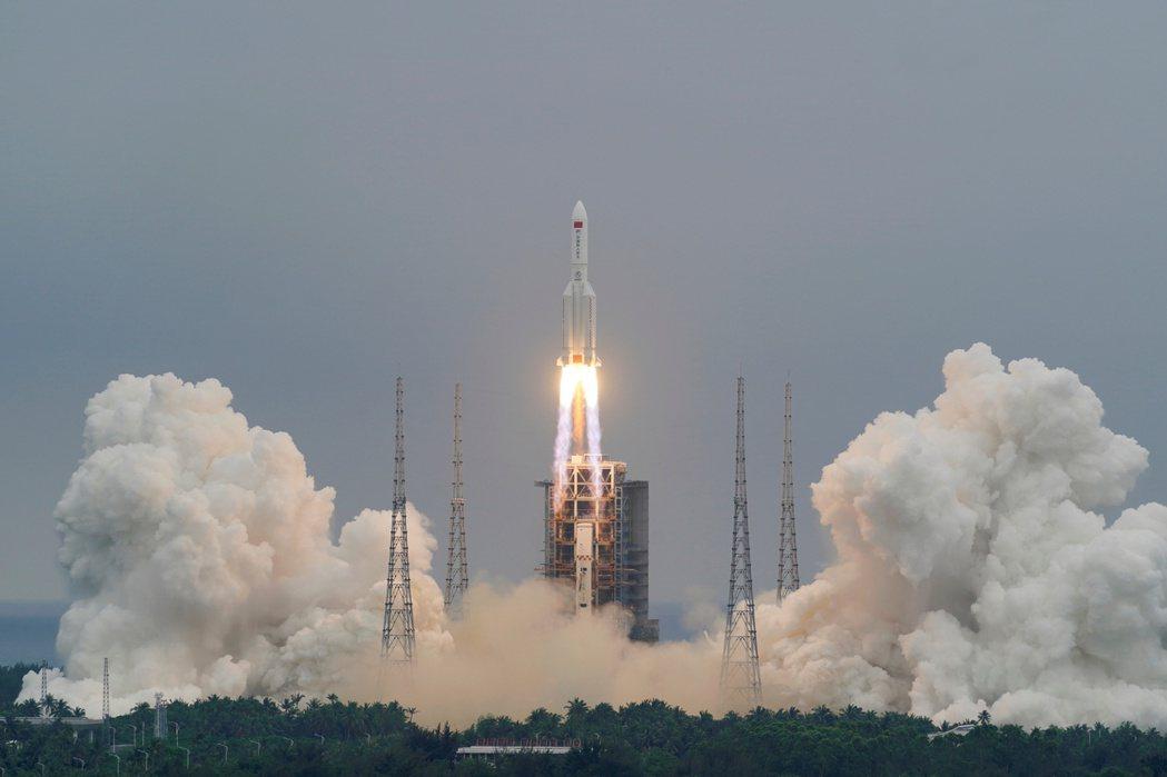 中國長征五號B運載火箭4月29日發射升空。路透