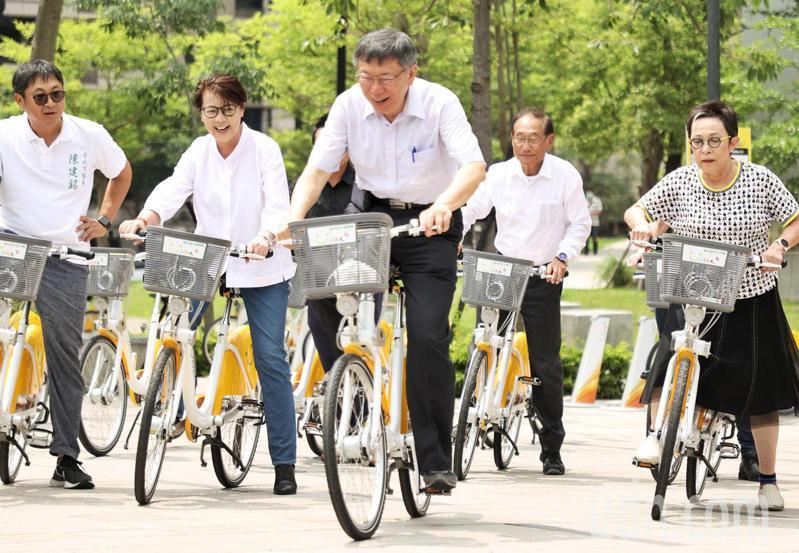 台北市長柯文哲(中)出席YouBike2.0正式啟用記者會,親自乘坐上車感受。記者曾原信/攝影