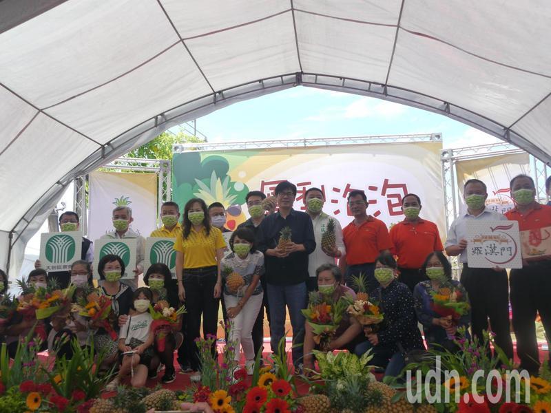適逢母親節到來,市長陳其邁致贈鳳梨孝親花束給農民媽媽們。記者徐白櫻/攝影