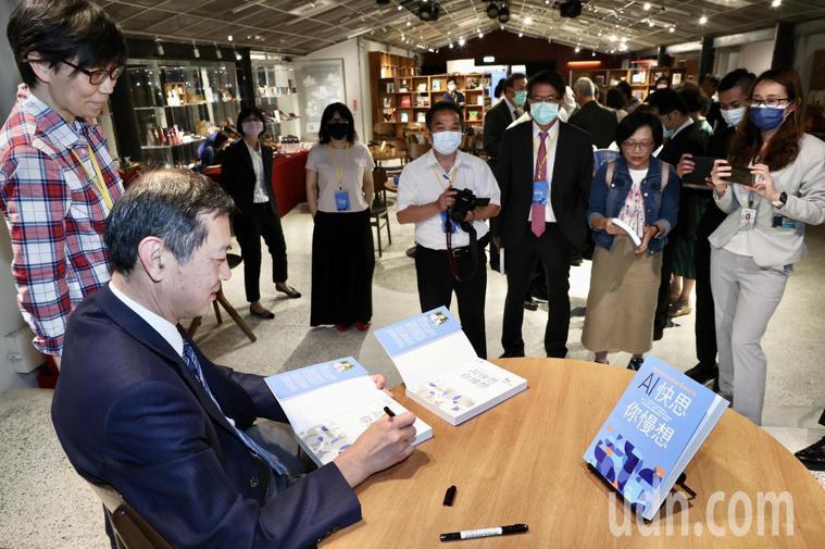 台北榮總院長許惠恒(左)新書「AI快思你慢想:許惠恒院長給決策者的6張處方箋」今...