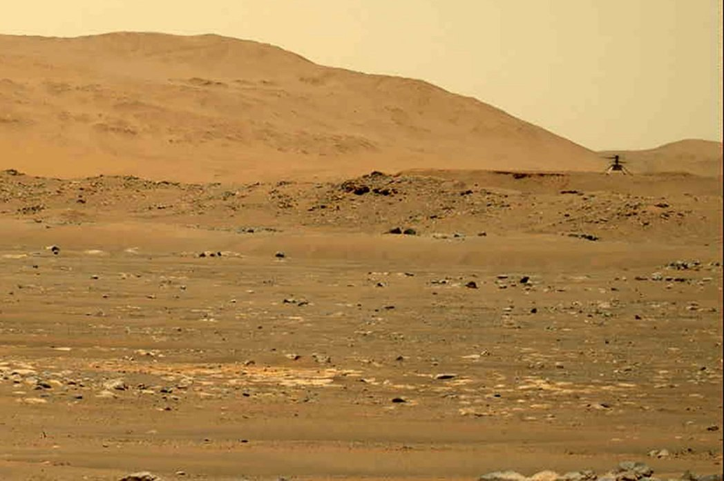 美國航太總署(NASA)發布毅力號火星探測車拍到機智號無人直升機4月30日進行第...