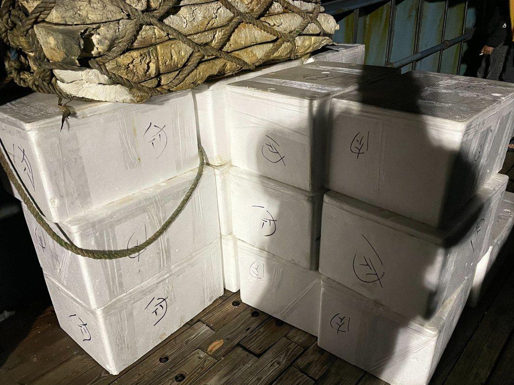 海巡署澎湖海巡隊昨晚在花嶼海域查獲陸籍民生物資運補船。記者邱奕能/翻攝