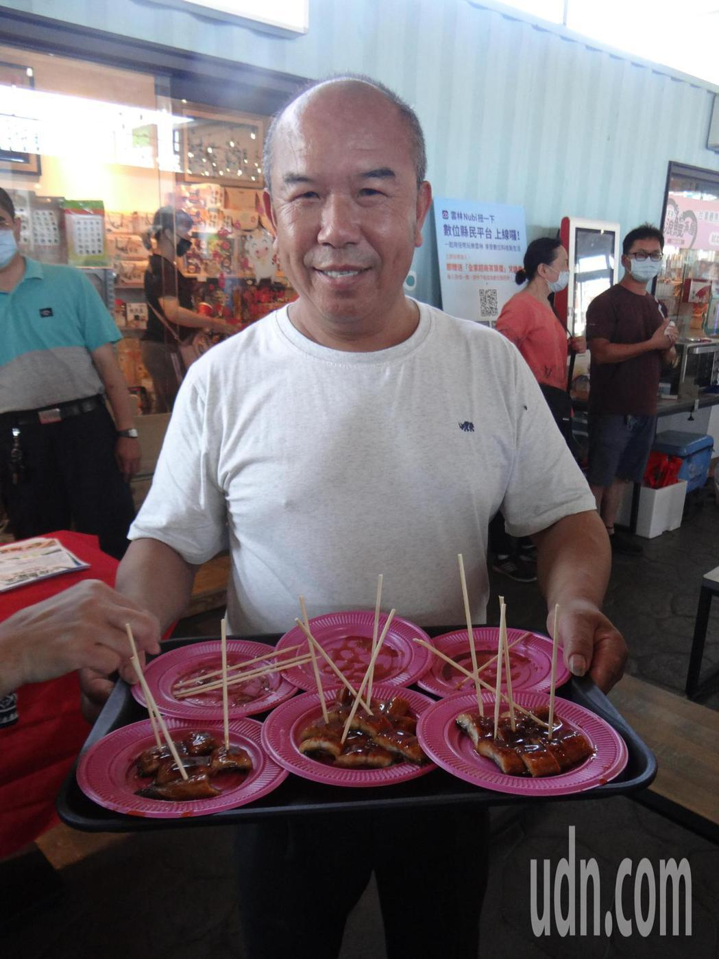 有名的口湖鄉烏魚伯曾煥侑推出的冰烤鰻香Q可口,相當好吃。記者蔡維斌/攝影