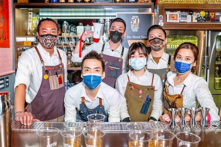 獲得亞洲50大酒吧第24名的AHA Saloon、散發本地硬派姿態。圖 / 沛綠...