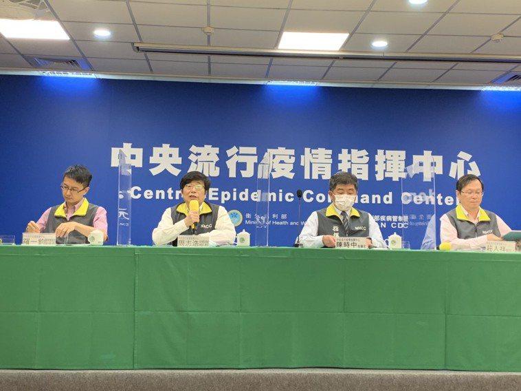 中央流行疫情指揮中心今天下午舉行臨時記者會。左起為醫療應變組副組長羅一鈞、疫情監...