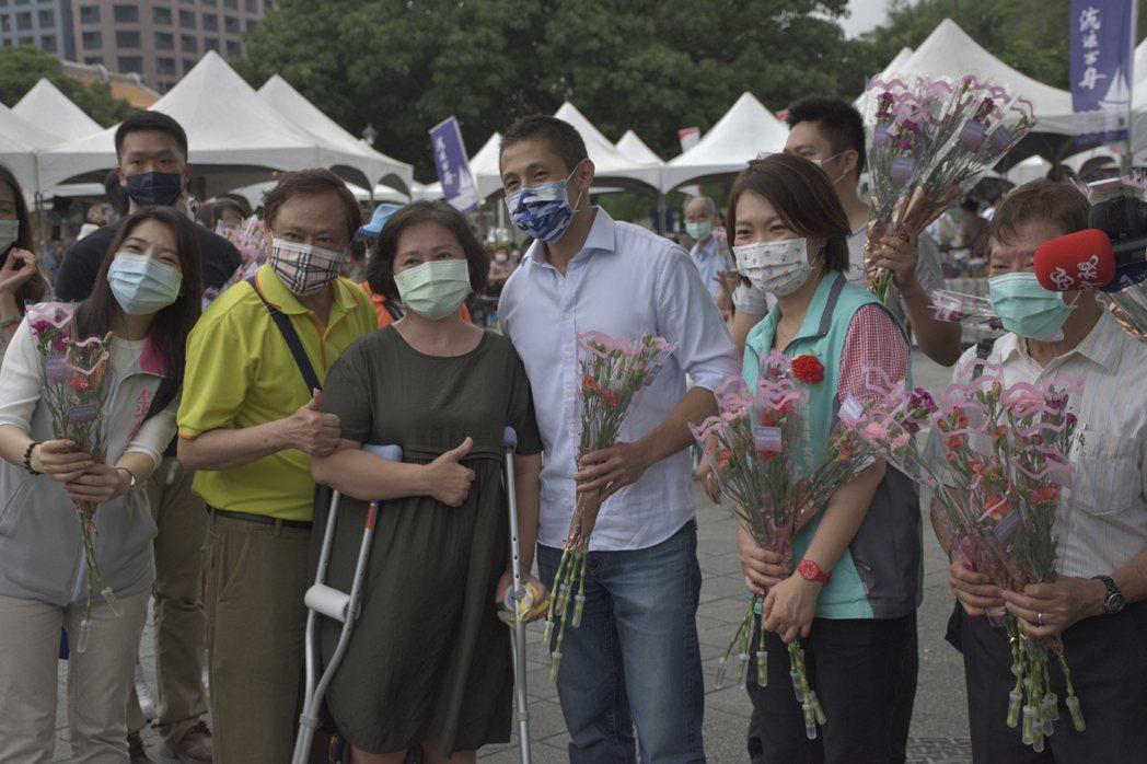 不少民眾排隊領取吳怡農發放的康乃馨。記者鍾維軒/攝影