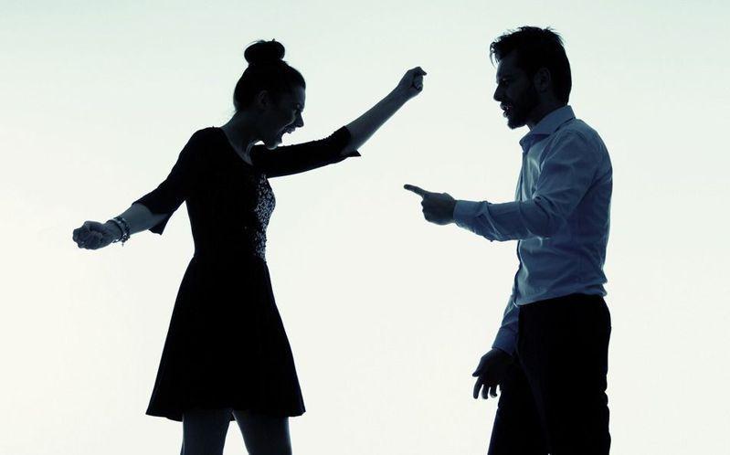 女網友表示近日疫情嚴重,自己身體微恙,卻被男友告知暫時不碰面,如果確診就分手。示意圖/ingimage