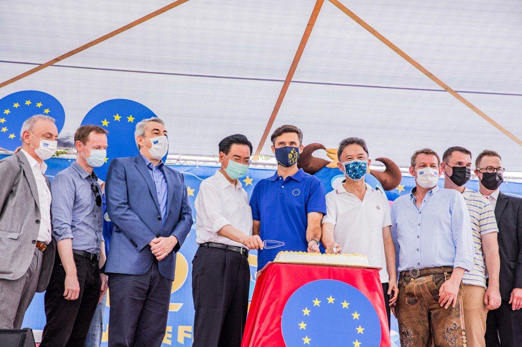 歐洲節今明兩天在台北華山文創園區中央藝文草地舉行,主題是「當我們連在一起」,由歐...